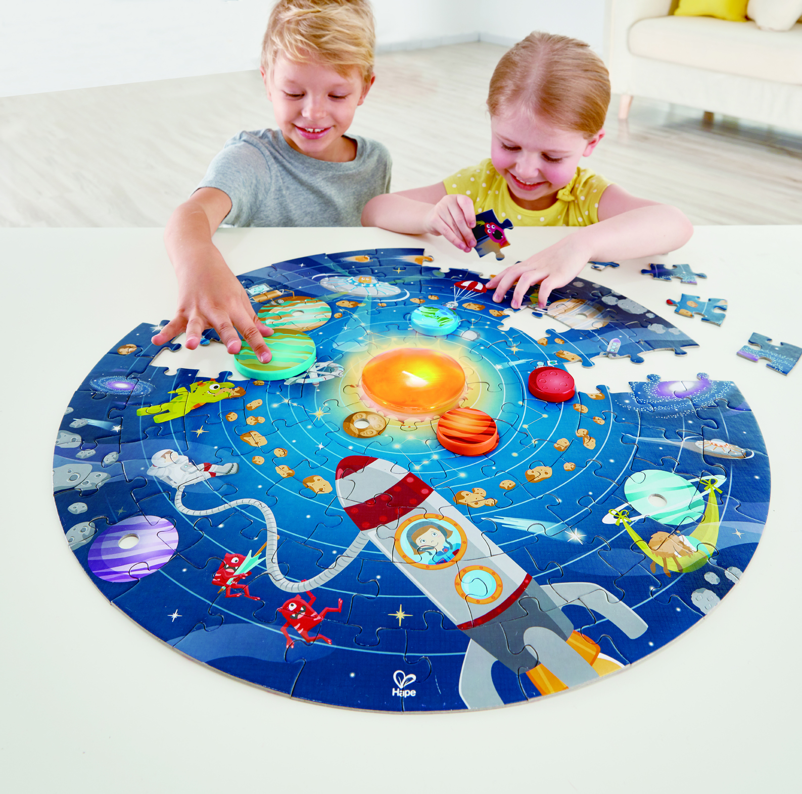 E1625 Solar System Puzzle with child 1